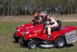 Marc Márquez y Dani Pedrosa se retan sobre un tractor cortacésped Honda